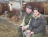 Szabó Tamara és Hollósi Dominik örömüket lelik munkájukban. A háttérben a leendő törzstenyészet alapjai a dénesfai majorban.
